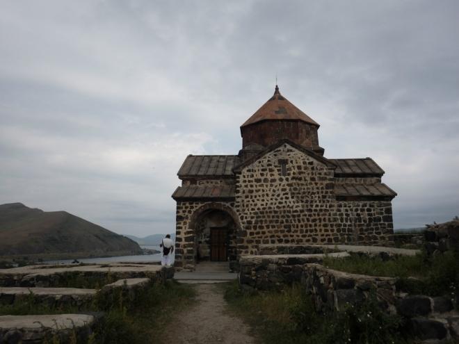 Komplex se skládá ze dvou kostelů, které jsou si tak podobné, že je na našich fotkách nedovedu rozeznat. Jeden nese název Surp Arakelots po svatých apoštolech, druhý Surp Astvatsatsin po Matce Boží.