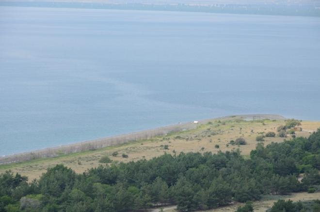 Úzký pruh země při pobřeží je chráněn národním parkem, my jsme teď v jednom z jeho širších úseků.