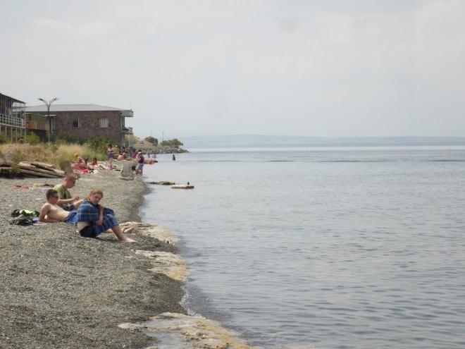 Koupačku jsme zahájili v jedenáct, toto je již o hodinu později. Arméni se mnohem víc povalují než koupou, a vyloženě plavat jsme viděli ještě méně lidí.