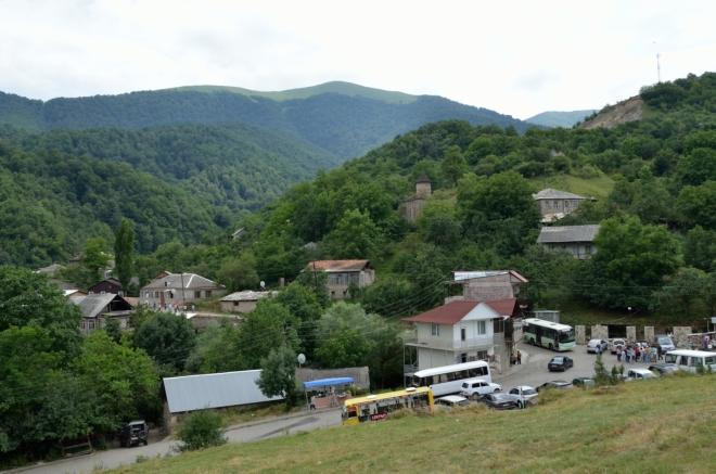 Pohled na vesnici Gosh a rušné turistické zázemí. Zhruba ve tři čtvrtě na tři se odtud pakujeme, asi po čtvrt hodině.