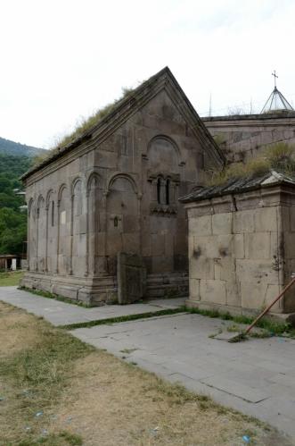 Kostelíček Jiřího Osvětitele, vpravo dvojkaple