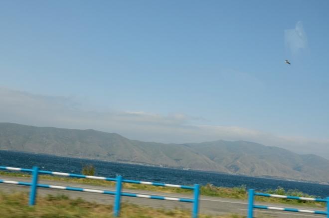 Modré vody Sevanu a protější hory. Velký kontrast oproti zelené krajině, kterou jsme viděli ještě před pár kilometry.