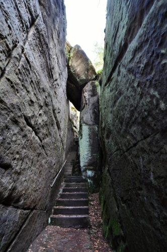 Ve středověku skrz tuto rozsedlinu vedla stará kupecká slezská cesta. Ve skalách jsou dodnes patrné kupecké značky.