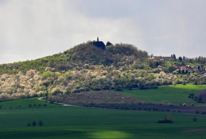 Na nejvyšším místě vrchu Veliš stojí zděný sloup a hradní zříceniny. Z vrcholu se otvírá nádherný výhled.