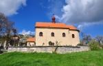 Původní kostel Všech svatých byl pravděpodobně postaven ve 14. století. Dnešní podoba kostela pochází z přelomu 17. a 18. století. Vedle kostela stojí dřevěná polygonální zvonice, která byla postavena v 17 století. (Mapy.cz)
