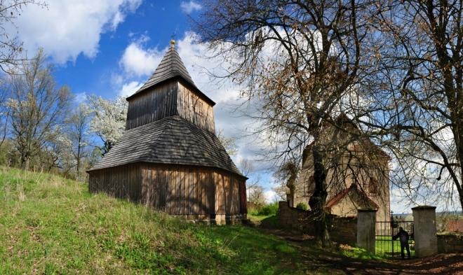 Dřevěná zvonice Sedličky stojí vedle kostela Všech svatých pochází z konce 17. století. Zvonice má osmiboký půdorys a zvonové patro přechází do čtyřhranu.