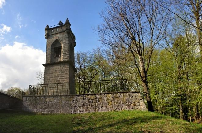 Rozhlednu Milohlídku dal v roce 1843 postavit jičínský hejtman Hansgirg. Jde o dvoupatrovou hranolovou věž stojící na okraji čedičového lomu.