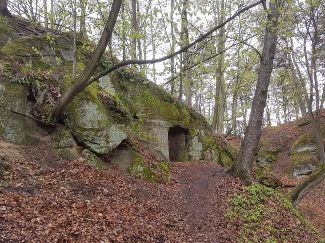 Hrad Hynšta byl vytesaný do jednoho skalního bloku a v 17. století se zde ukrývali stoupenci bratrské víry. Z dřevěné části se do dnešní doby nic nedochovalo, z hradu zbyla jen jedna větší vytesaná světnička, která je přístupná vytesanou vstupní chodbou.