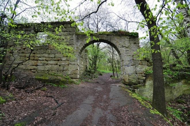 Zřícenina Píčova statku je rozsáhlá. Nejzachovalejší je tato kamenná brána.