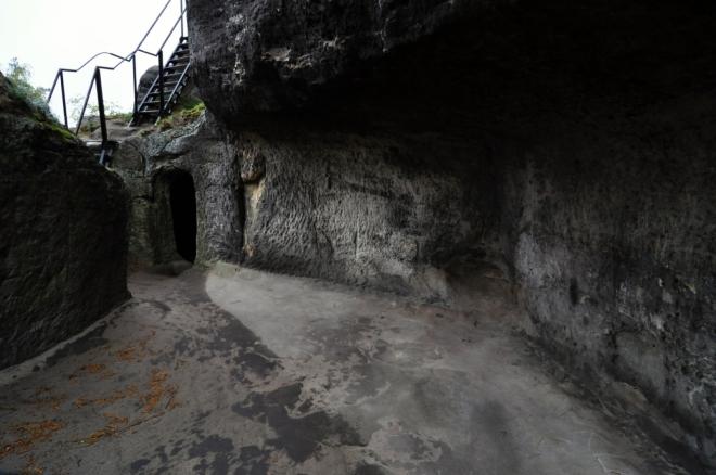 Z hradu Drábské světničky, který byl vybudován na 7 pískovcových blocích o výšce 15 metrů, se zachovaly především tesané světničky v pískovci, dále pár chodeb a tesané kapsy, ve kterých byly zasazeny dřevěné stavby. Roku 1921 byla objevena místnost, ve které se nacházel kamenný oltář. (www.mapy.cz)