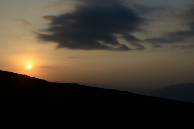 Cestu nám nyní krásně prozařuje vycházející slunce. Místo většího focení jen upřeně zíráme a řežeme zatáčky.