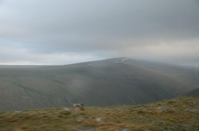 Dále už zas jen zamračená pustina. Vypadá to, že nemáme kam spěchat, mlha bude v kráteru tak jako tak.