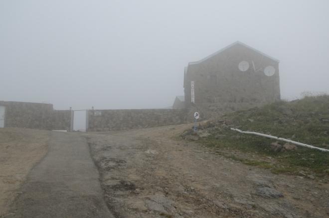 Na konci silnice se nachází meteorologická stanice, vědecké výzkumné zařízení, zkoumající snad kosmické záření, a pak také lehké zázemí pro turisty.