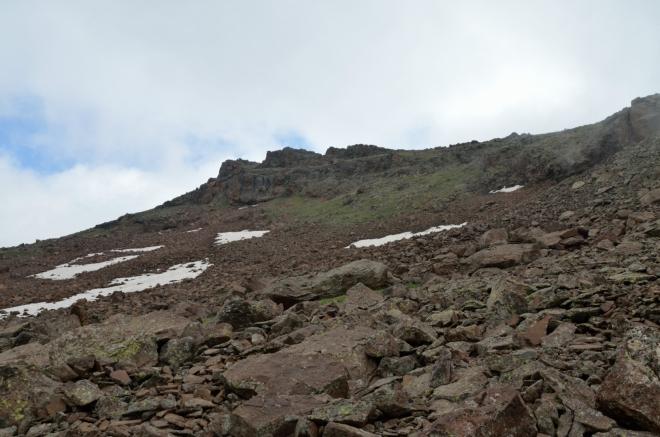 Ve tři čtvrtě na devět se nám na chvíli odhalil možný cíl – je už tohle jižní ze čtyř vrcholů Aragatsu?