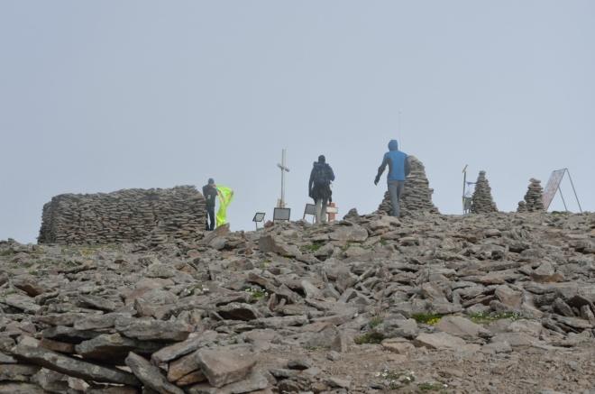 Jižní vrchol je pokořen, deset minut po desáté. A jsme opět v mlze.