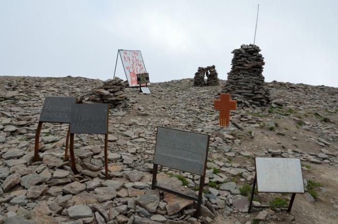 Žádnému z nápisů bohužel nerozumíme, dodnes si však živě vybavuji slastný pocit ze zdolání této hory.