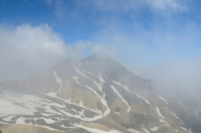 Severní vrchol Aragatsu, nejvyšší hora Arménie. Dosahuje výšky okolo 4090 metrů.