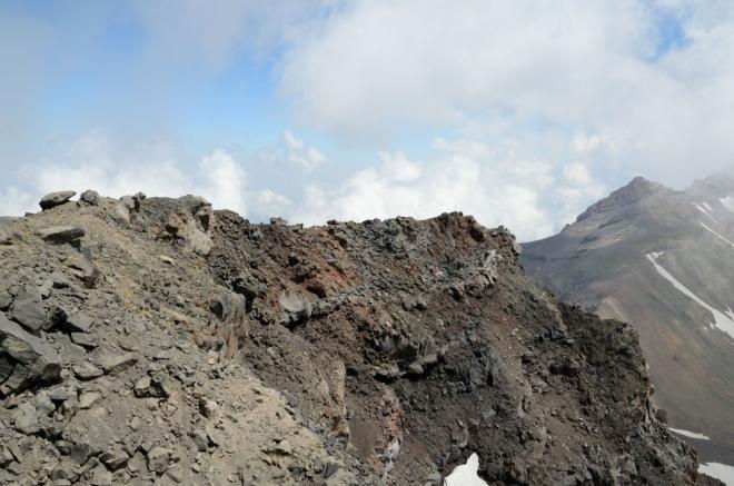 Z kráteru bychom se sem nevydrápali ani omylem, jak se ukazuje zde i dále.