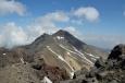 Výhled ze západního vrcholu Aragatsu (cca 4000 m) na severní vrchol, Arménie