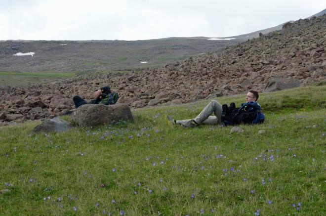 Odpočinek po půl třetí. Už jsme docela unaveni a cesta je nudně zdlouhavá, spoustě kamenných polí se naštěstí dokážeme vyhýbat díky dobré viditelnosti.
