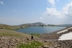 U jezera Kari pod vrcholem Aragats, Arménie