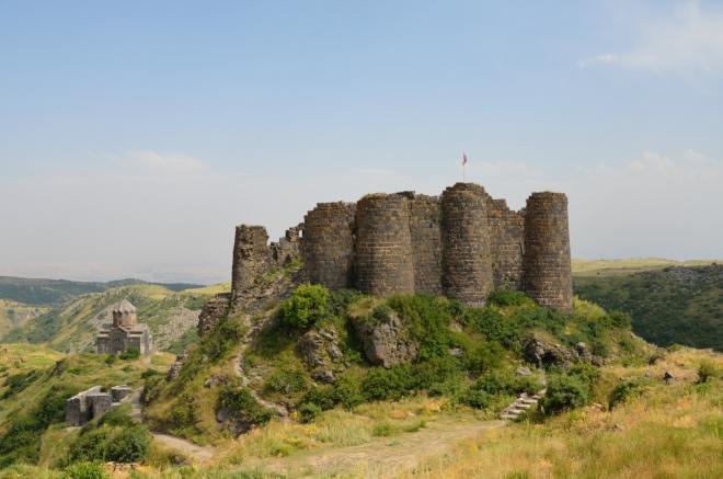 V souladu s původním plánem se ještě zastavujeme u pevnosti Amberd, ležící na jižních svazích Aragatsu v nadmořské výšce 2300 metrů. Aby to nebyly jen samé hory a kláštery.