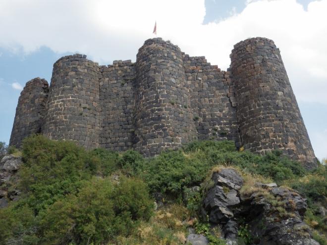 Vyrážíme na prohlídku, Tomáš si raději odpočine u auta. Pevnost je větší, než se zdálo od parkoviště.