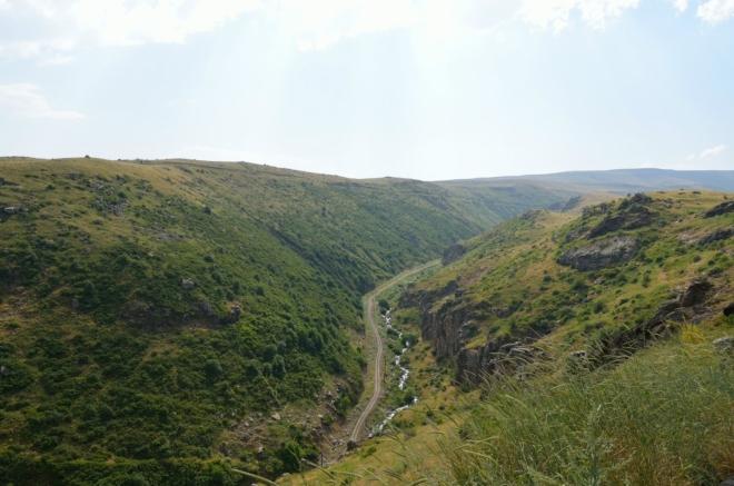 Pevnost Amberd leží nad soutokem dvou říček, či spíše potoků. Je trochu znepokojivé vidět, že ani v údolí není možné najít kousek stínu (slunce pěkně pálí, na to, jak jsme vysoko).
