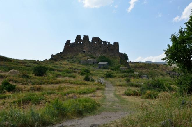 """Pevnost z dálky. Před ní je ještě historický """"koupací dům"""", kam jsme se bohužel nepodívali."""