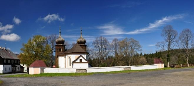 Původní kaple sv. Anny přestavěna v letech 1718-1721 stavitelem A. M. Gilmetim na barokní kostel.