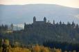 Královský hrad Kašperk je z rozhledny velmi hezky viditelný. Svojí polohou 886 m n. m. je nejvýše položeným královským hradem v Čechách.