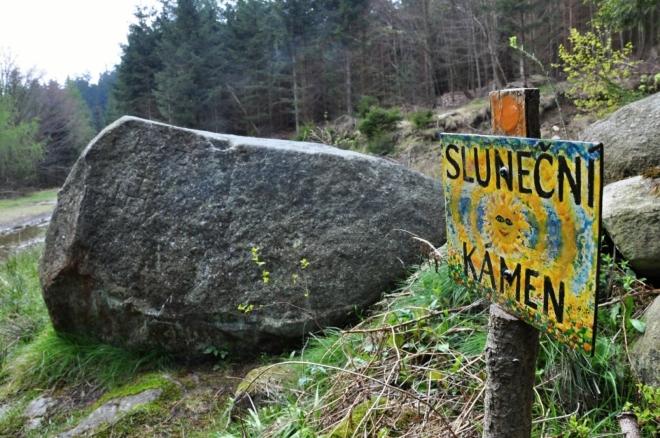 Třetím do společnosti je menhir Sluneční kámen...