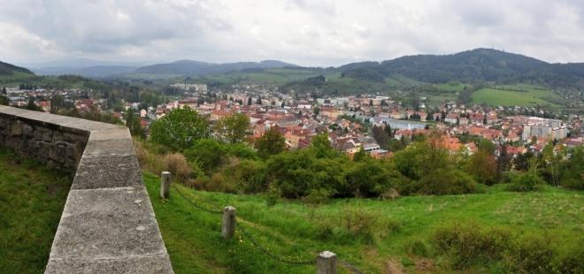 Výhled na Sušici. Středověké osídlení v oblasti dnešní Sušice bylo spojeno s rýžováním zlata. Od dob Přemysla Otakara II., který město v roce 1273 založil, bylo správním centrem Sušicka. Rozvíjelo se díky Zlaté stezce (zejména v 16. století), v 1. polovině 19. století se zde začal objevovat průmysl.