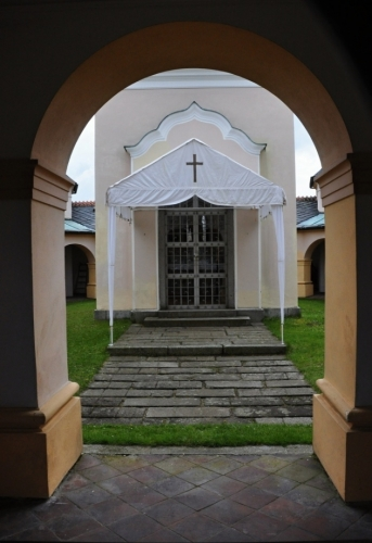 Náhled do uzavřeného prostoru kláštera.