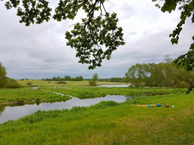 Nová řeka sousedí s jedním z mnoha rybníků, které jsem si prošel loni na podzim.