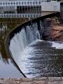 Za jezem stojí funkční vodní elektrárna, která je ale tichá. Dříve to prý tak nebylo.