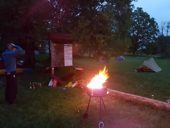 Grilování skončilo, u ohně dopíjíme alkoholické zásoby, kterých moc není. Nejvíc je zásobená Helča.