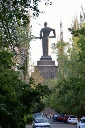 Parkování v parku Vítězství nebylo úplně snadné. Dominantou parku je nepřehlédnutelná socha Matky Arménie.