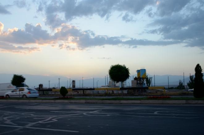 Po půl hodině jsme se vyhoupli až sem a cedule nám přeje šťastnou cestu z Jerevanu. Navigace sice byla nastavena na správnou ulici, ovšem ve městě Abovyan.