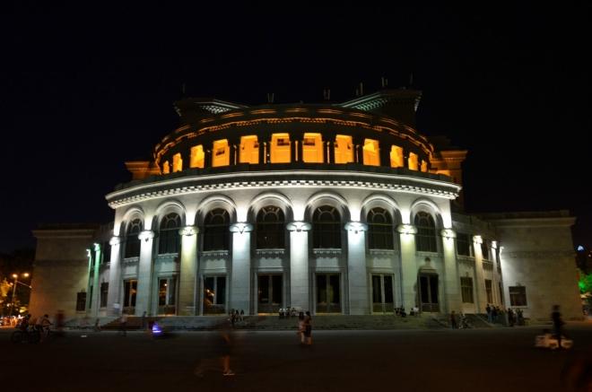Arménské operní divadlo na konci ulice