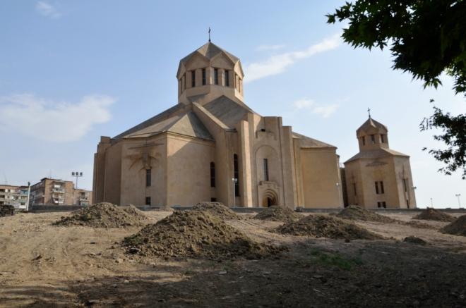 V zeleném pásu okolo centra nacházíme tento nový kostel, který vypadá mnohem lépe z čelního pohledu. Patrně jde o katedrálu sv. Jiřího Osvětitele, což je aktuálně největší arménská katedrála. Vysvěcena byla roku 2001, krátce poté se zde zastavil papež Jan Pavel II.