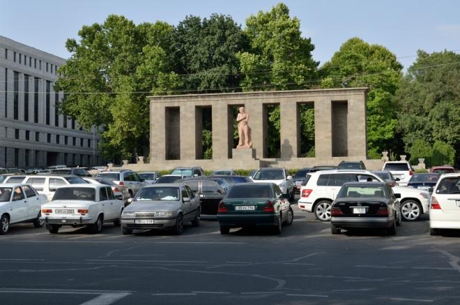 Aniž bych si toho byl vědom, jsme nyní na náměstí Shahumyan, což je dlouhé parkové prostranství navazující na náměstí Republiky. Tady někde nás vysadil Artur, když jsme prvně přijeli do Jerevanu.