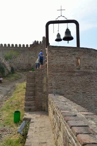 Pevnost a okolí jsou dost členité. Lezení po hradbách je někdy trochu riskantní, ale lezou po nich všichni.