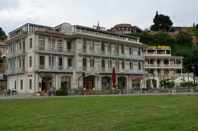 Výrazný hotel při náměstí Evropy (či Evropském náměstí?).