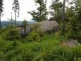 Boční hřeben Lysé skrývá několik skalních útvarů.