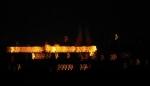 Noční foto jaderné elektrárny Temelín vichr lomcující rozhlednou rozmazal na digitální zprávu mimozemšťanům...