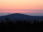 Za Chlumem vychází slunce. Je deset minut před pátou...