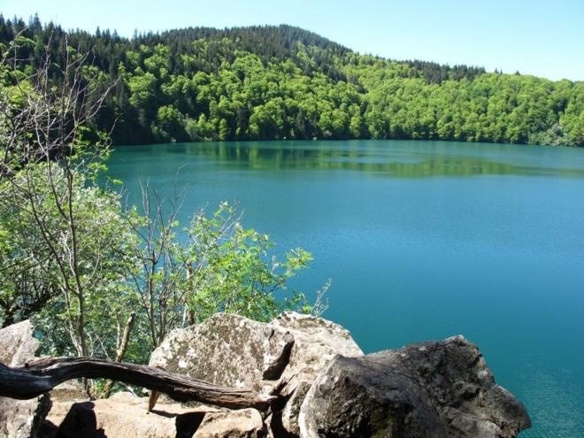 Lac Pavin s tyrkysovou vodou