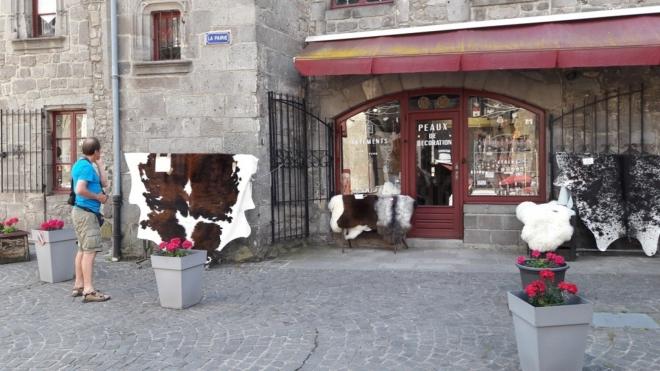 .... Jejich kůže je na prodej cca za 245 Euro