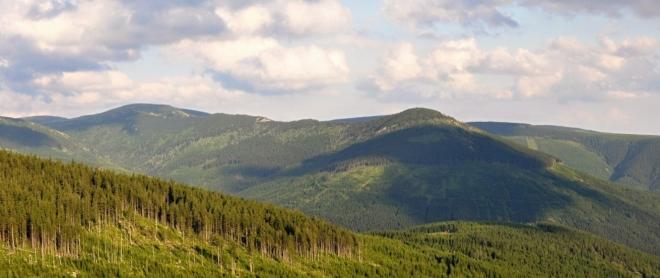 Kozí hřbety a Železný vrch, kterým skalnatý hřeben končí.